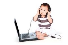 Gulligt behandla som ett barn att lyssna till musik Fotografering för Bildbyråer