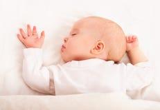Gulligt behandla som ett barn att sova i sängen Arkivfoton