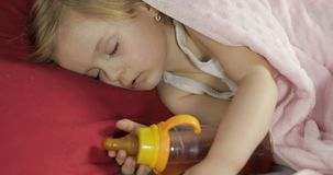 Gulligt behandla som ett barn att sova p? s?ngen hemma E royaltyfria foton