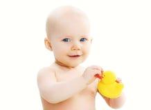 Gulligt behandla som ett barn att spela med den gula rubber anden arkivbilder