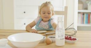 Gulligt behandla som ett barn bakning i ett kök royaltyfri fotografi