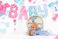 Gulligt behandla som ett barn beståndsdelar med ord behandla som ett barn och slösar leksaken Arkivbilder
