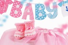Gulligt behandla som ett barn beståndsdelen med ord behandla som ett barn och rosa barnsockor Royaltyfri Foto