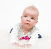 Gulligt behandla som ett barn den isolerade flickan Royaltyfri Fotografi