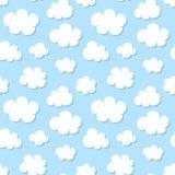 Gulligt behandla som ett barn den sömlösa modellen med blå himmel med plana symboler för vita moln Molnigt väder Molnsymbolbakgru stock illustrationer