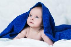Gulligt behandla som ett barn efter dusch med den bl?a handduken p? huvudet arkivbild