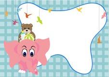 Gulligt behandla som ett barn elefanten med björnen Royaltyfria Bilder