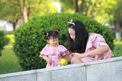 Gulligt behandla som ett barn flickalekbollar med modern Royaltyfria Foton