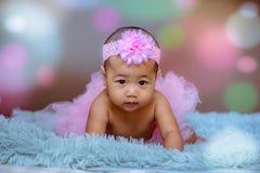 Gulligt behandla som ett barn flickan från Asien poserar royaltyfria bilder