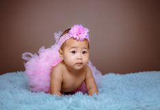 Gulligt behandla som ett barn flickan från Asien poserar arkivfoto