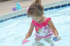 Gulligt behandla som ett barn flickan har gyckel i pölen Royaltyfri Foto