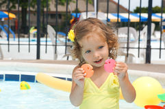 Gulligt behandla som ett barn flickan har gyckel i pölen Royaltyfria Foton