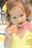 Gulligt behandla som ett barn flickan har gyckel i pölen Fotografering för Bildbyråer