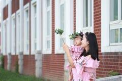 Gulligt behandla som ett barn flickan har gyckel med modern Royaltyfri Foto