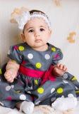 Gulligt behandla som ett barn flickan i prickig klänning Fotografering för Bildbyråer