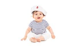 Gulligt behandla som ett barn flickan med sjömanhatten Royaltyfri Fotografi