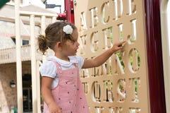 Gulligt behandla som ett barn flickan på lekplats Royaltyfri Foto