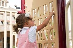 Gulligt behandla som ett barn flickan på lekplats Royaltyfri Bild
