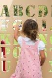 Gulligt behandla som ett barn flickan på lekplats Royaltyfria Foton