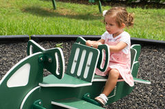 Gulligt behandla som ett barn flickan på lekplats Royaltyfria Bilder