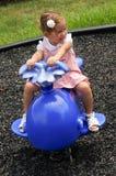 Gulligt behandla som ett barn flickan på lekplats Arkivbild