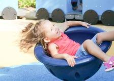 Gulligt behandla som ett barn flickan på lekplats Fotografering för Bildbyråer