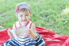 Gulligt behandla som ett barn flickan på picknicken Arkivbilder