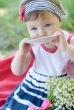 Gulligt behandla som ett barn flickan på picknicken Royaltyfri Foto