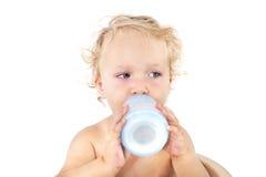 Gulligt behandla som ett barn flickan som att dricka mjölkar. Arkivfoto
