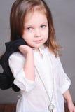 Gulligt behandla som ett barn flickan som poserar i studio Royaltyfria Bilder