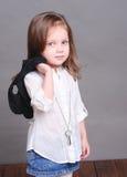 Gulligt behandla som ett barn flickan som poserar i studio Royaltyfri Fotografi