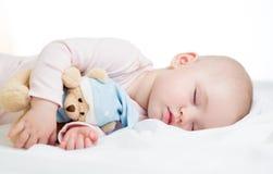 Gulligt behandla som ett barn flickan som sovar med toyen Arkivbilder