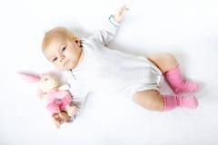 Gulligt behandla som ett barn flickan som spelar med den flotta djura leksaken Arkivfoton