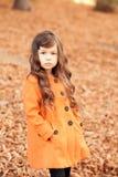 Gulligt behandla som ett barn flickan som utomhus poserar Royaltyfria Foton
