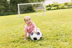Gulligt behandla som ett barn flickan som spelar på gräs med bollen Royaltyfri Foto