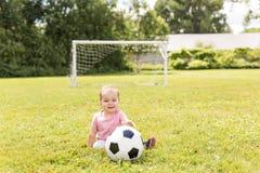 Gulligt behandla som ett barn flickan som spelar på gräs med bollen Royaltyfria Bilder