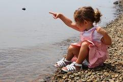 Gulligt behandla som ett barn flickan undersöker naturen Fotografering för Bildbyråer