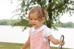 Gulligt behandla som ett barn flickan undersöker naturen Royaltyfri Foto