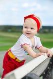 Gulligt behandla som ett barn flickan utomhus Fotografering för Bildbyråer