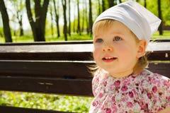Gulligt behandla som ett barn flickaståenden fotografering för bildbyråer