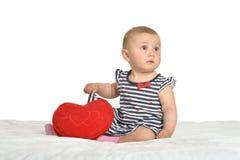 Gulligt behandla som ett barn hjärtakudden Arkivbild