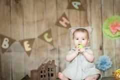 Gulligt behandla som ett barn i easter dekorerade studion Royaltyfri Fotografi