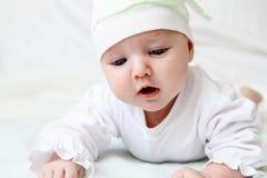 Gulligt behandla som ett barn i hatt Arkivfoto