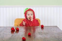 Gulligt behandla som ett barn i jordgubbedräkt Royaltyfria Bilder
