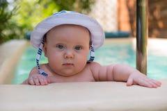 Gulligt behandla som ett barn i Panama bad i pöl Arkivbilder