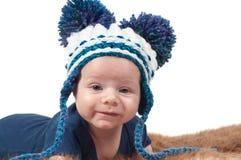 Gulligt behandla som ett barn i stucken hatt med den stora pom-ponsen Arkivbilder