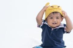 Gulligt behandla som ett barn i utsmyckat le för hjorthatt fotografering för bildbyråer