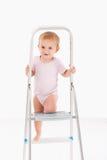 Gulligt behandla som ett barn klättringen på stege royaltyfri fotografi