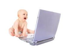 Gulligt behandla som ett barn little med bärbar dator Royaltyfri Foto