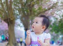 Gulligt behandla som ett barn lyckligt Royaltyfria Bilder